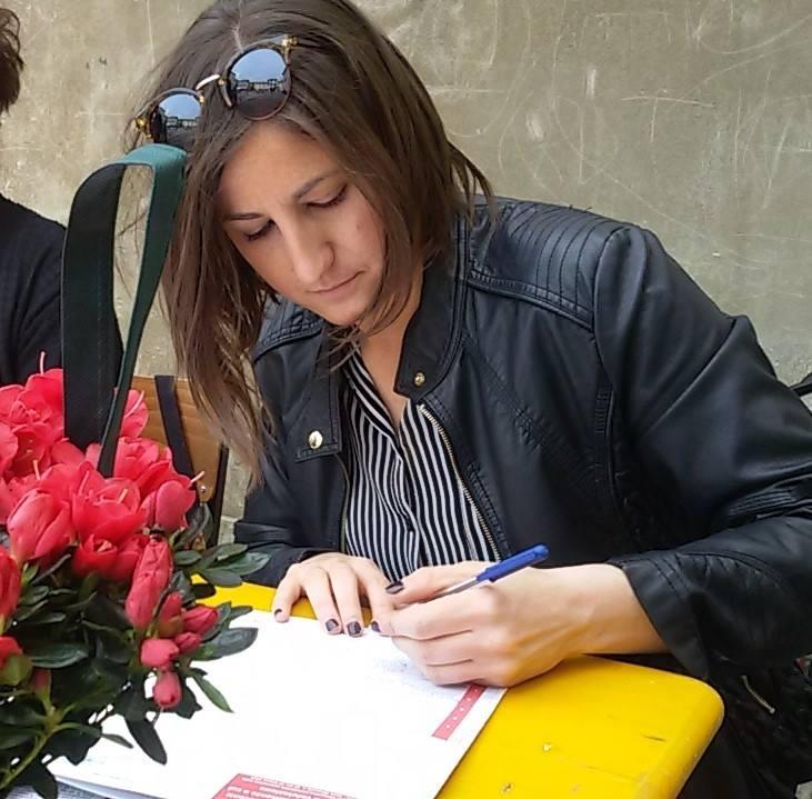 Silvia Pieri, Consigliere Comunale di AiC, mentre raccoglie firme per una campagna contro la violenza sulle donne.
